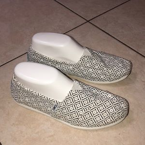TOMS Black and White Sneakers (8)